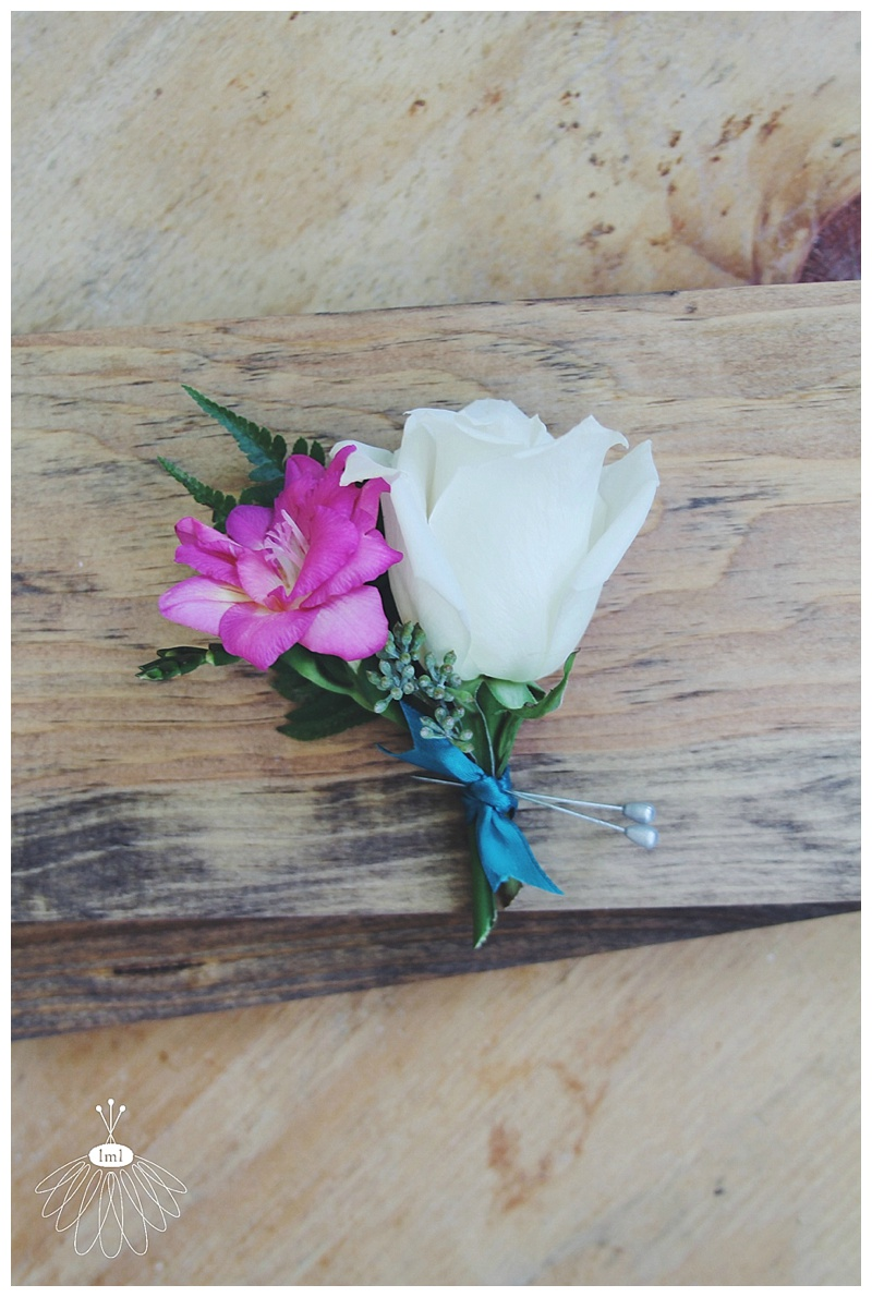 Little Miss Lovely // Groom boutonniere white and fuschia