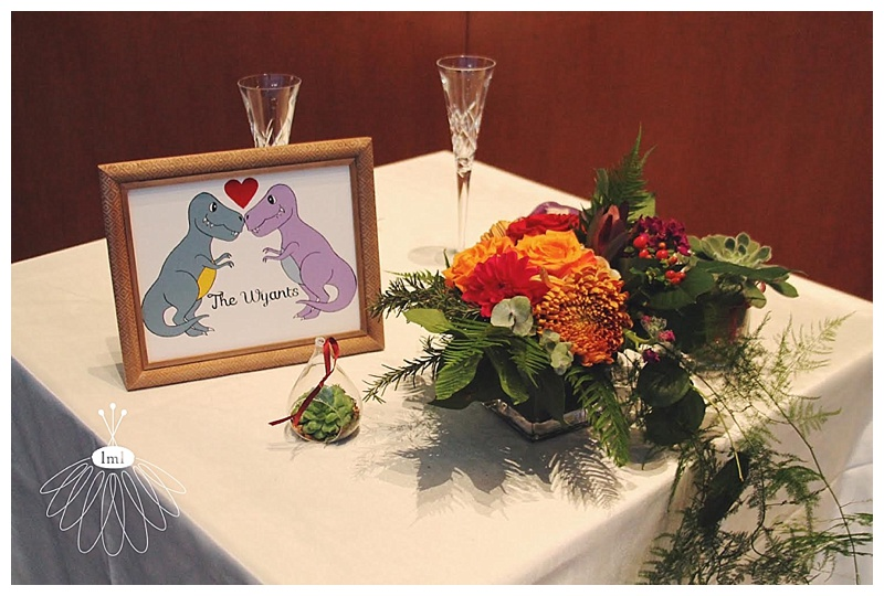 little miss lovely // maryland science center wedding florist baltimore // dinosaur theme sweetheart table arrangement